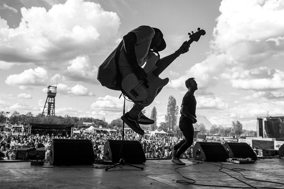 SmileAndBurn - OlgasRock - Festival - Oberhausen - Sprung - Bass - Crowd - Konzertsucht