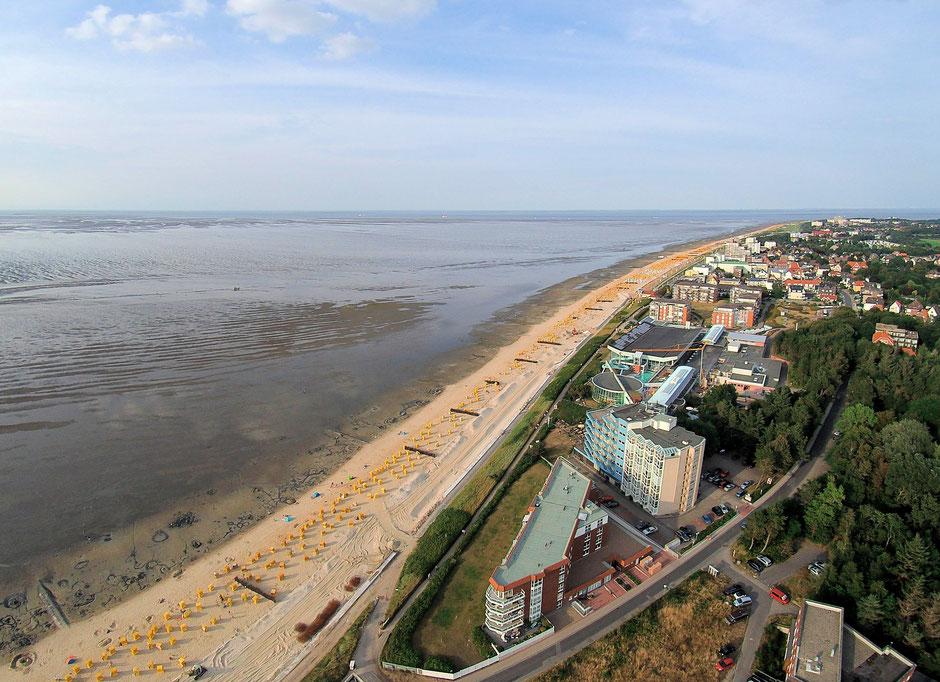 Luftbild von Duhnen. Die Luftaufnahme zeigt den Strand von Duhnen sowie das Ahoi Erlebnisbad. Der Blick reicht bis Döse.