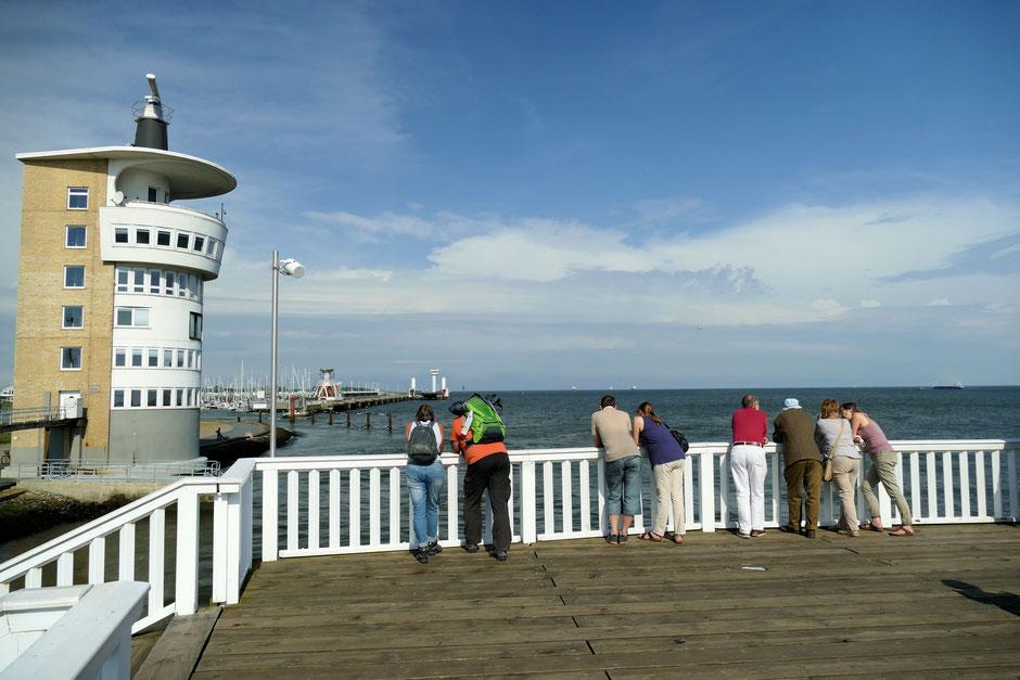 Der Hafen von Cuxhaven mit Radarturm, Alte Liebe und dem Leuchtturm.