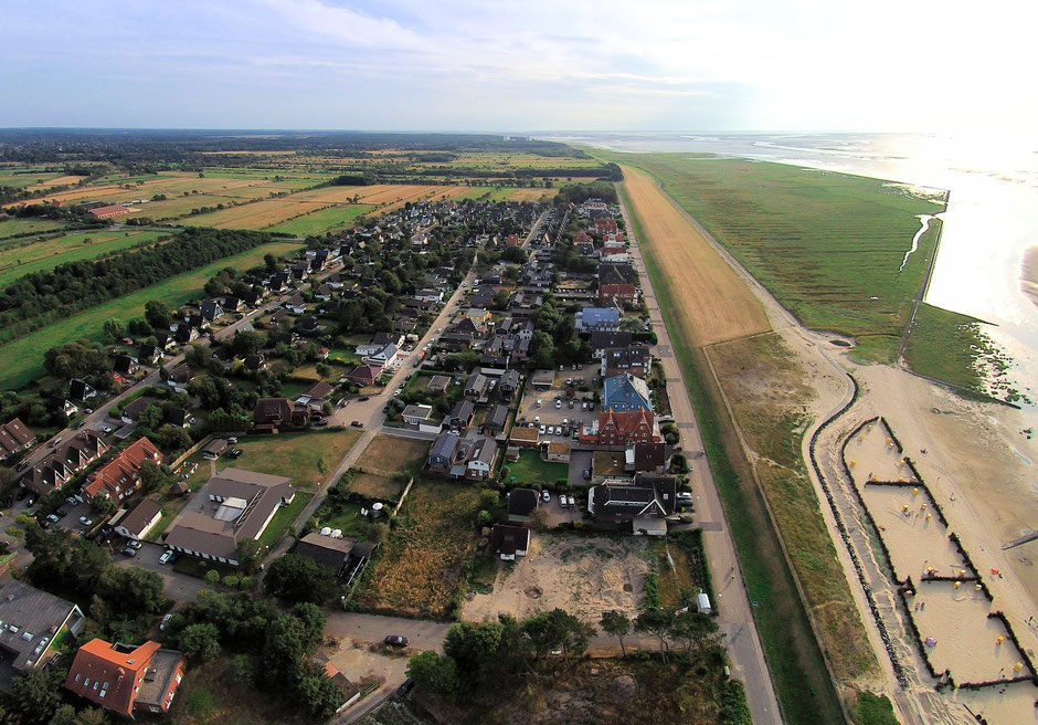 Luftbild von Duhnen mit Blickrichtung nach Sahlenburg. Die Luftaufnahme zeigt den Bereich der Neulandgewinnung sowie die Duhner Heide