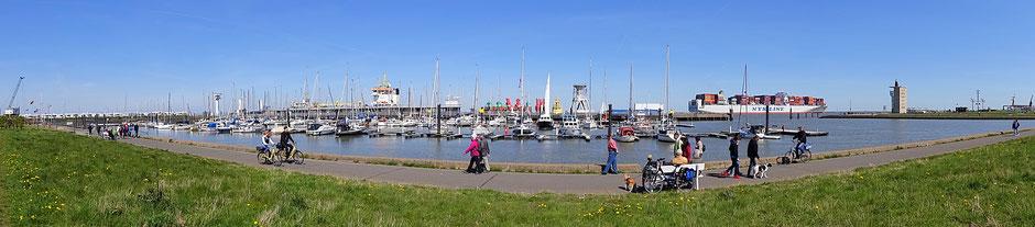 Der Yachthafen von Cuxhaven mit dem Radarturm