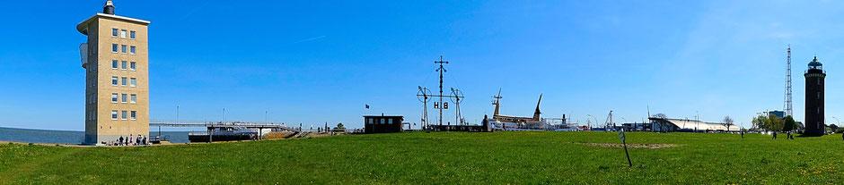 """Der Radarturm mit der """"Alten Liebe"""" und dem Leuchtturm"""