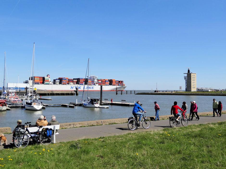 Containerschiff vor Cuxhaven an der Alten Liebe