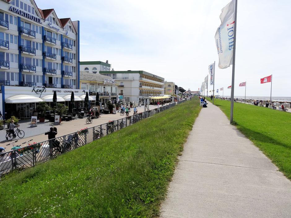 Die Promenade von Cuxhaven Duhnen mit Restaurants und Boutiquen