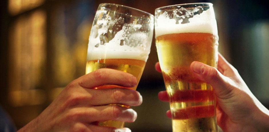 Zwei gefüllte Gläser mit Bier