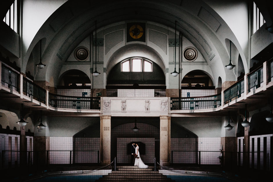 ROVA Fine Art wedding photography - abandoned swimming pool - lost place - wedding inspiration - hochzeitsfotograf nürnberg - volksbad