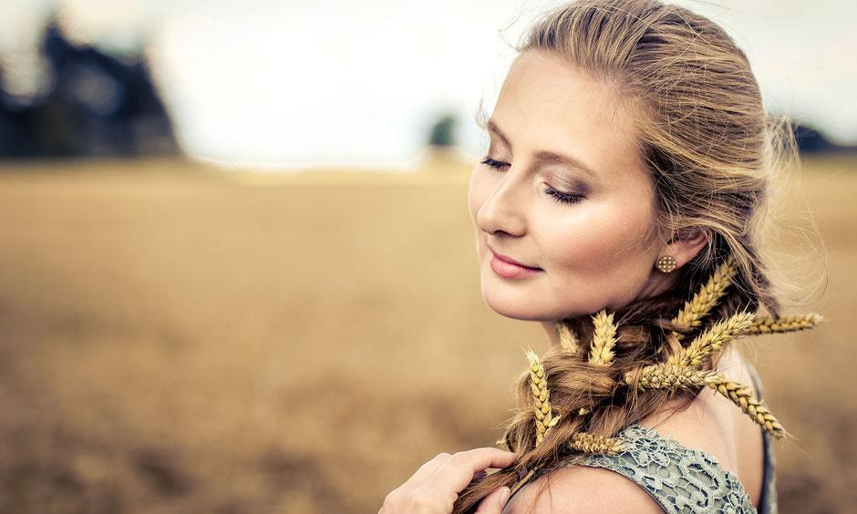 Make-up und Hairstyling passend zum Getreidefeld-Shooting