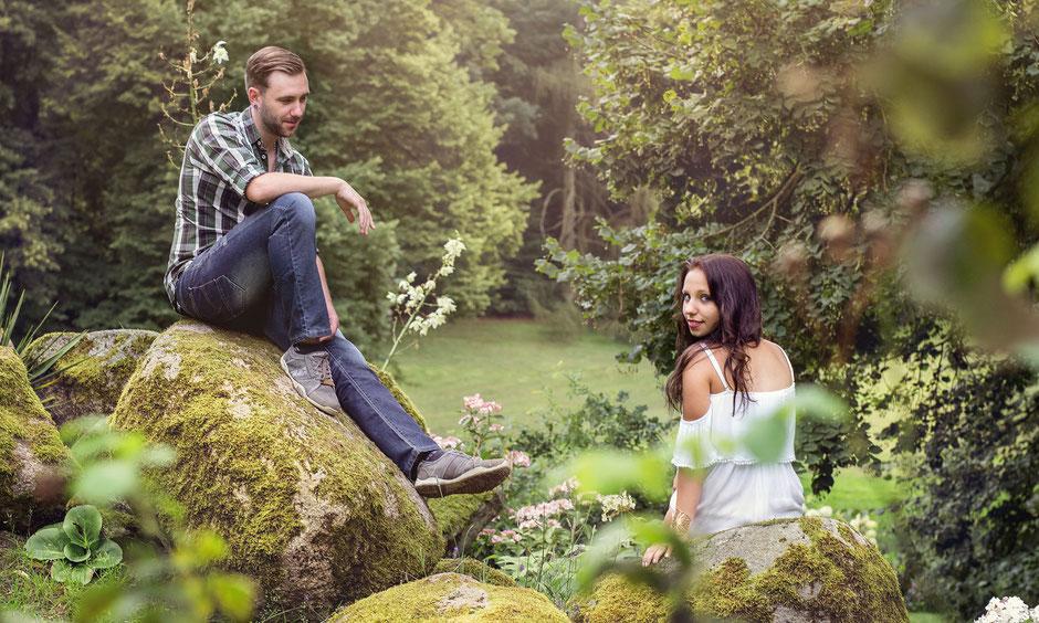 verliebtes Pärchen beim Fotoshooting in der Natur