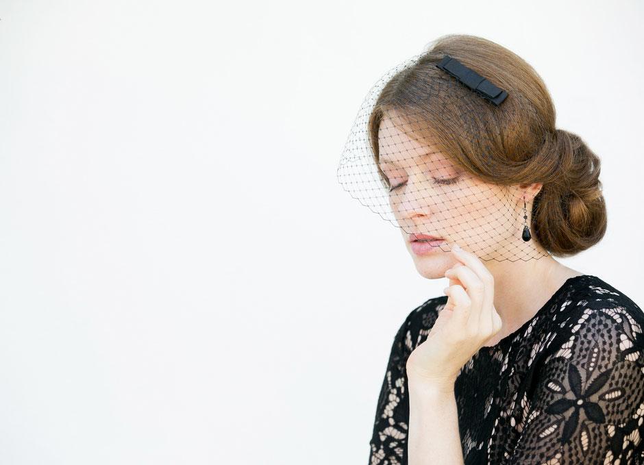 Fascinator in Schwarz mit Schleife aus Seide für Galaempfang, Weihnachtfeier, Silvester, Hochzeiten, Feste, Oper. Weihnachtsgeschenk.k.