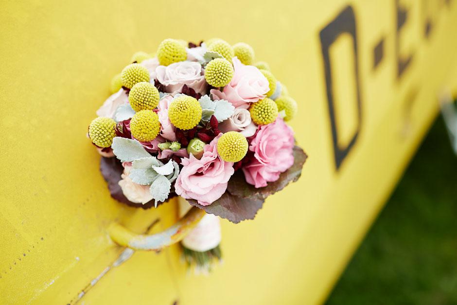 Hochzeit in Gelb mit gelbe Blumen und Haarschmuck.
