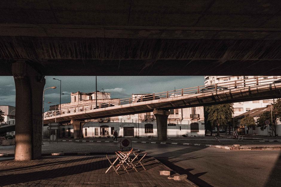 Foto unter einer Brücke mit dem Sonnenaufgang im Rücken.