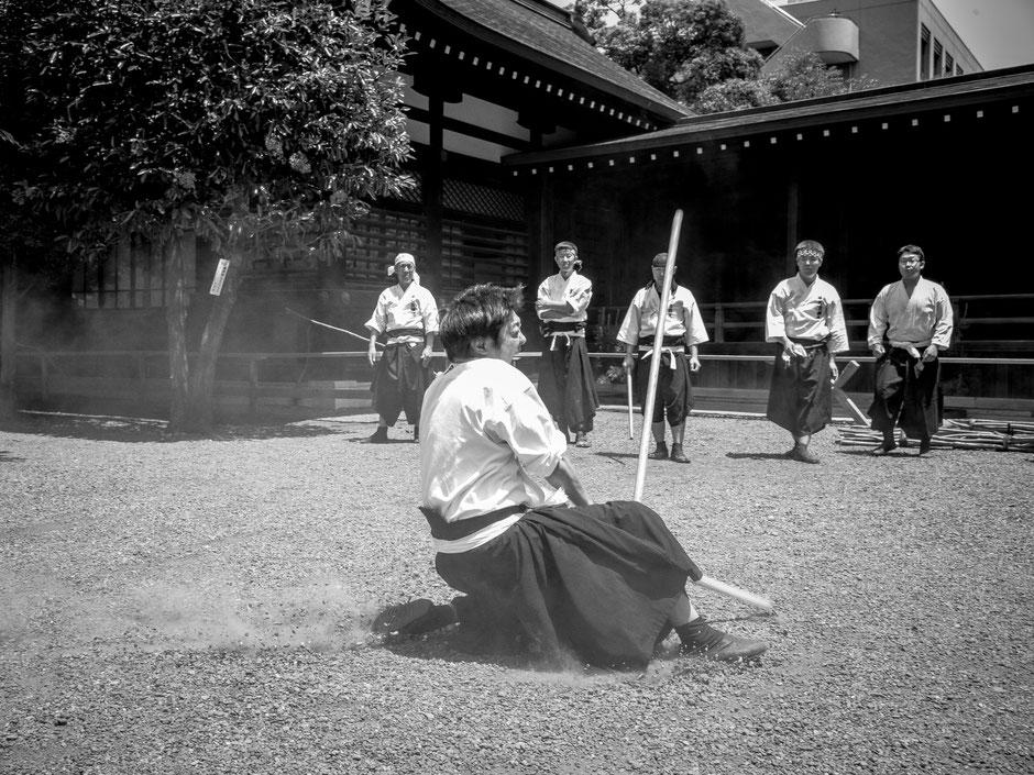 靖国神社奉納演武にて打ちまわりの演武を披露する薬丸兼弘理事長