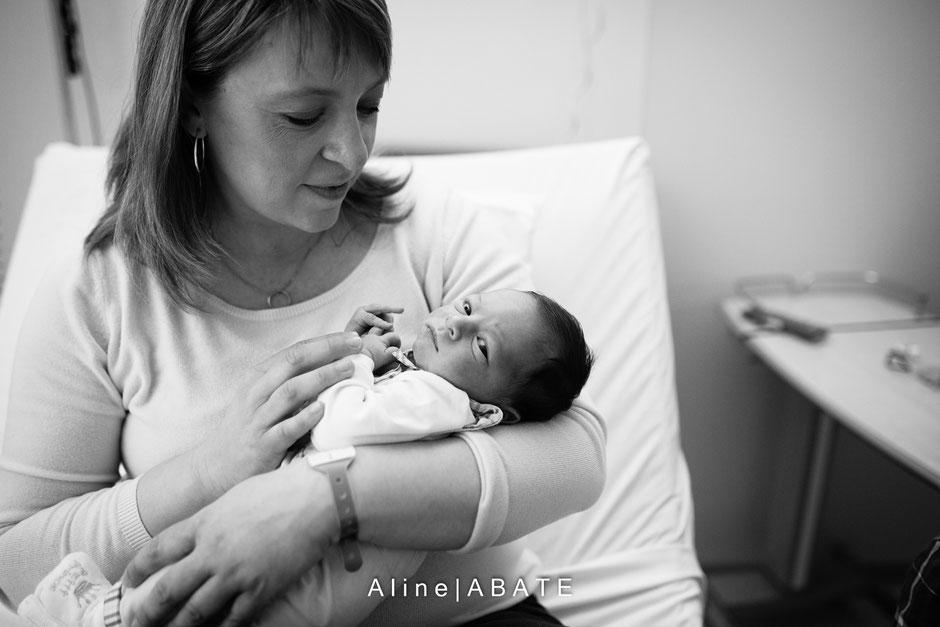 nouveau né dans les bras de sa maman