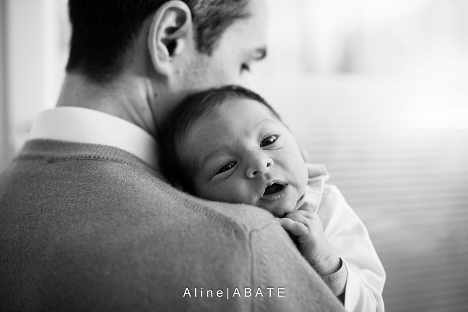 nouveau né sur l'épaule du papa