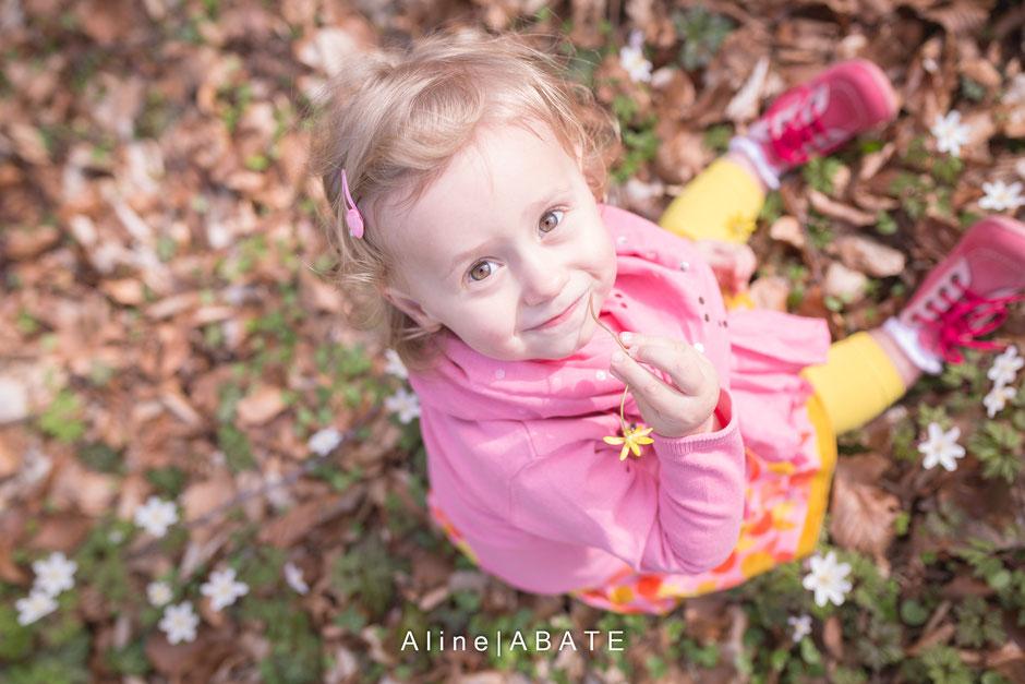 photo d'enfant assis dans les feuilles