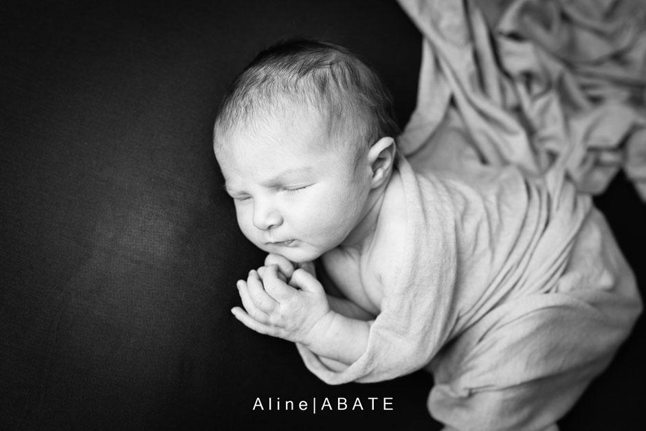 photo de nouveau né en studio emmailloté en noir et blanc