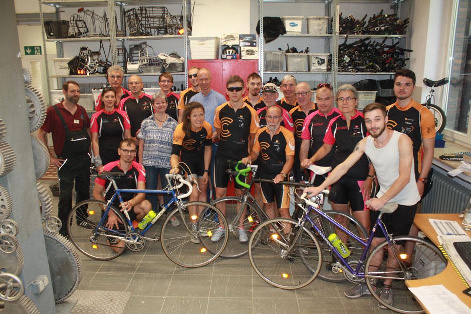 Die Altfrid Fighters beim Besuch der Duisburger Werkkiste. Empfangen wurden sie von Maurice Glaeser mit seinem neuen Rennrad (vorne links), Fahrradwerkstatt-Leiter Markus Sistermann (vorne rechts), Werkkiste-Geschäftsführer Norbert Geier (schräg dahinter)