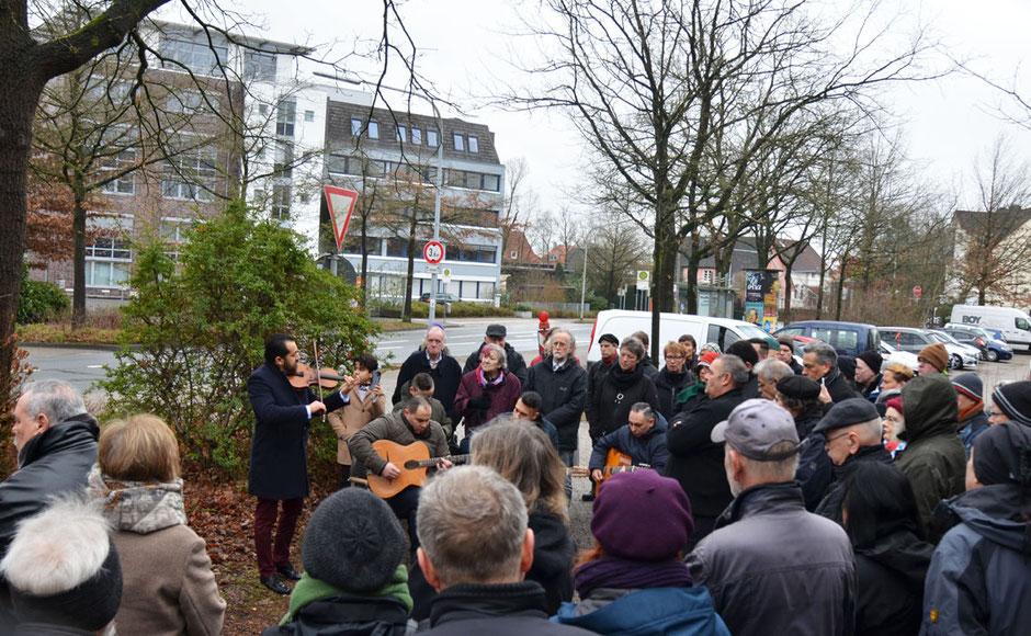 Die Sinti-Swing Oldenburg (an der Violine ein Roma aus Belgien) spielt zum Gedenken an die 74 ermordeten Oldenburger Sinti