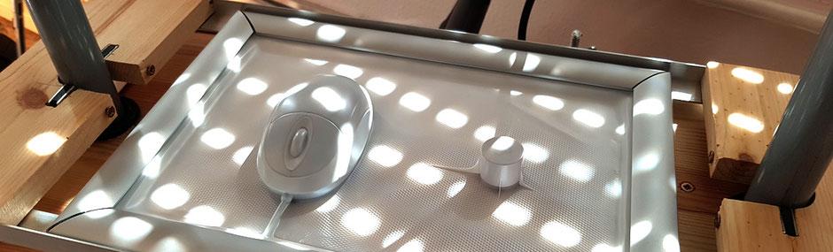 Test des Vacuum Formers mit einer Computermaus, hier der Alu-Klapprahmen und die Magnete an den beiden Rundstangen.