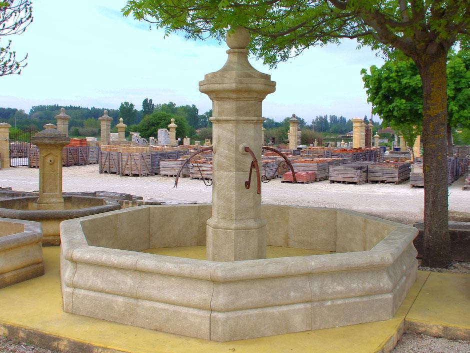 Französische Naturstein Gartenbrunnen OCTO, antik und handgefertigt aus Provence