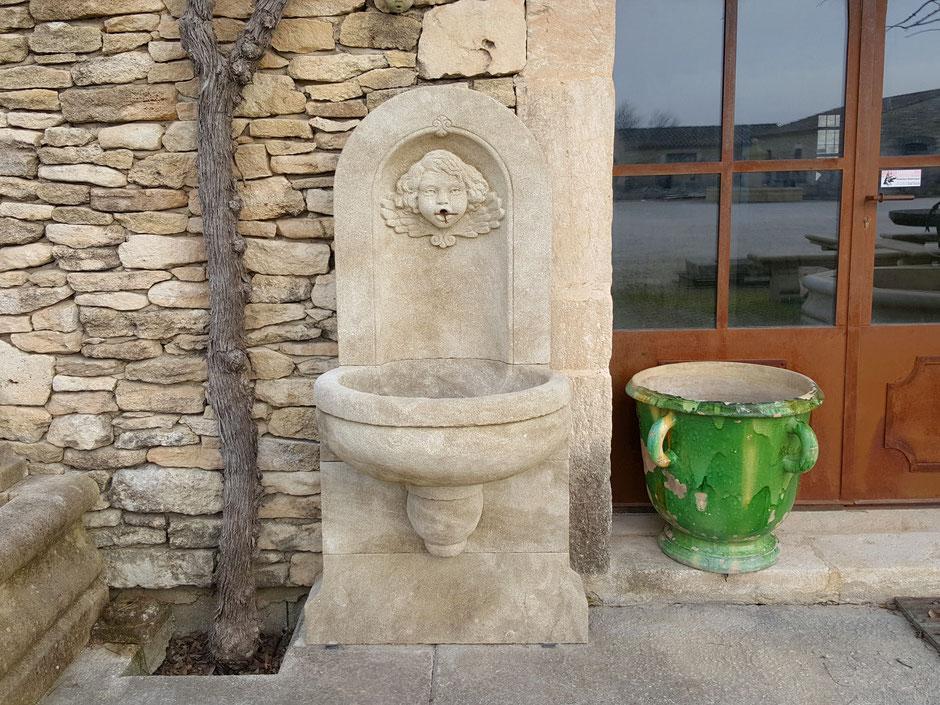 Natursteinbrunnen MONACO für Wand, antik und handgefertigt aus Südfrankreich