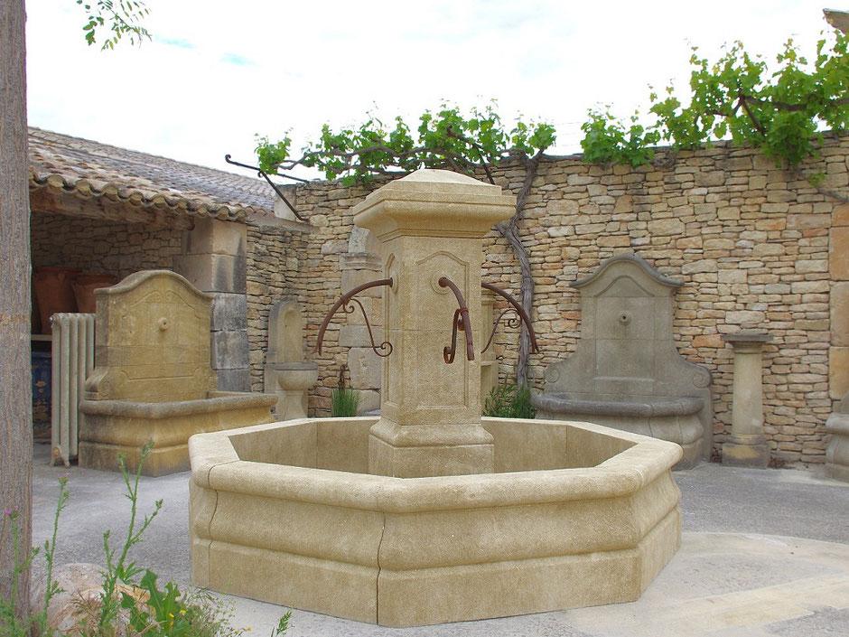 Natursteinbrunnen PROVENCE für Garten, antik und handgefertigt aus Südfrankreich