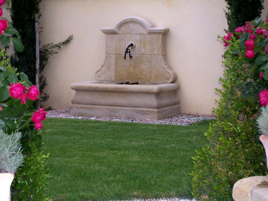 Wandbrunnen AVIGNON aus Naturstein, gealtert, handgefertigt aus Provence