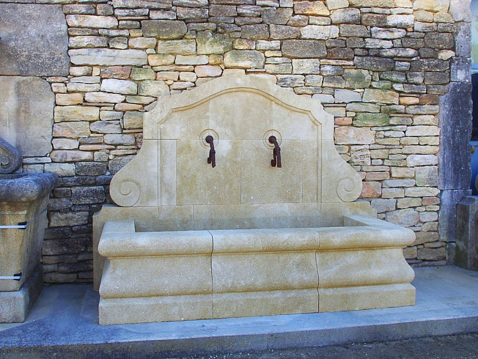 Gartenbrunnen CANNES aus Naturstein, gealtert, handgefertigt aus Provence