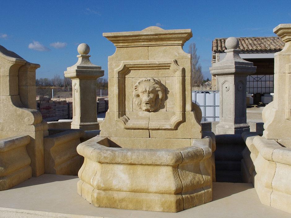 Historische Natursteinbrunnen VALENCE, handgefertigt aus Frankreich