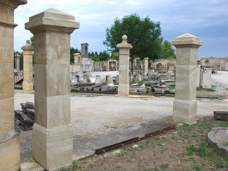 Torpfosten mit Pyramidkapitell handgefertigt in Provence aus französischen Kalkstein