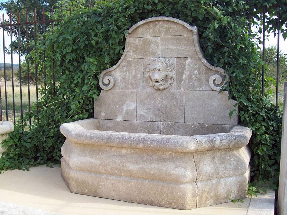 Wandbrunnen BORDEAUX aus Naturstein, gealtert, handgefertigt aus Provence