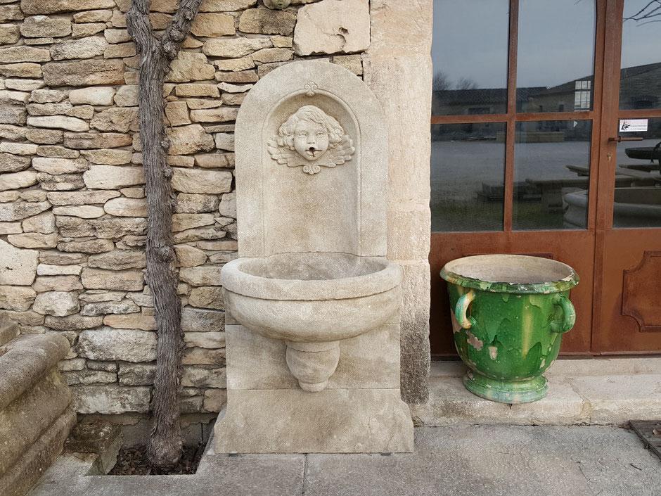 Wandbrunnen TOULON aus Naturstein, gealtert, handgefertigt aus Provence