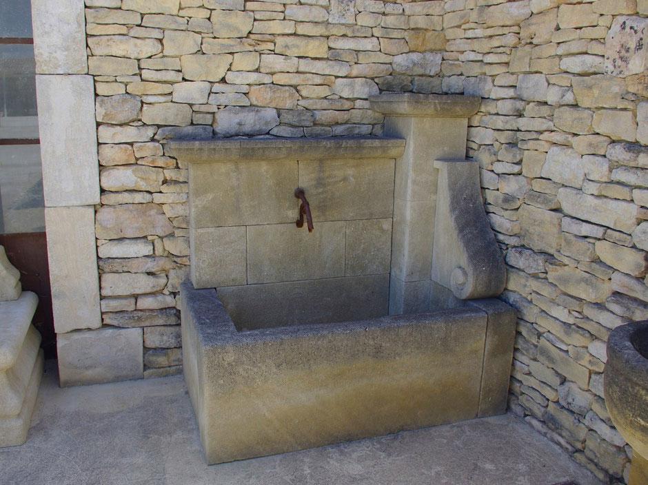 Wandbrunnen APT aus Kalkstein, gealtert, handgefertigt aus Provence, Südfrankreich