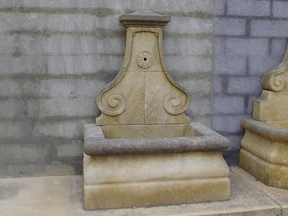 Antike Wandbrunnen LYON aus Naturstein, gealtert, handgefertigt aus Provence, Südfrankreich