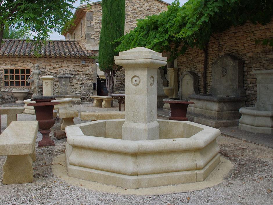 Französische Garten Zentral Brunnen RUSTIC, gealtert und handgefertigt aus Naturstein