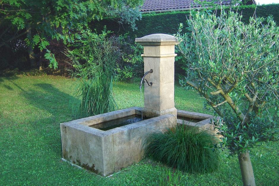 Freistehende Naturstein Gartenbrunnen ANTIBES mit zwei Becken, gealtert und handgefertigt aus Südfrankreich