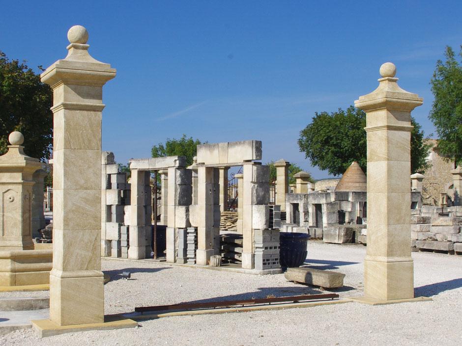 Torpfosten mit Kugelkapitell handgefertigt in Provence aus französischen Naturstein