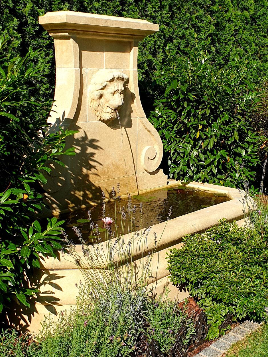 Natursteinbrunnen PARIS für Wand, antik und handgefertigt aus Südfrankreich