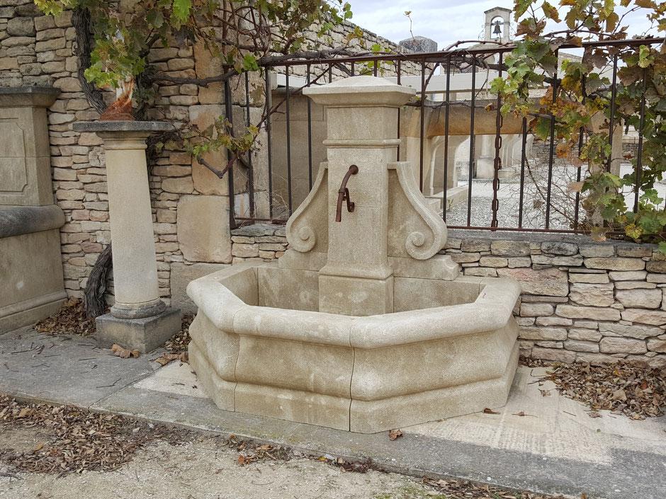 Gartenbrunnen MONTELIMAR aus Naturstein, gealtert, handgefertigt aus Frankreich