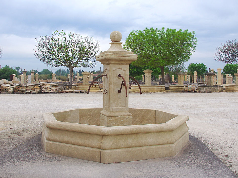 Historische Säulenbrunnen VILLAGE aus Naturstein, handgefertigt aus Frankreich
