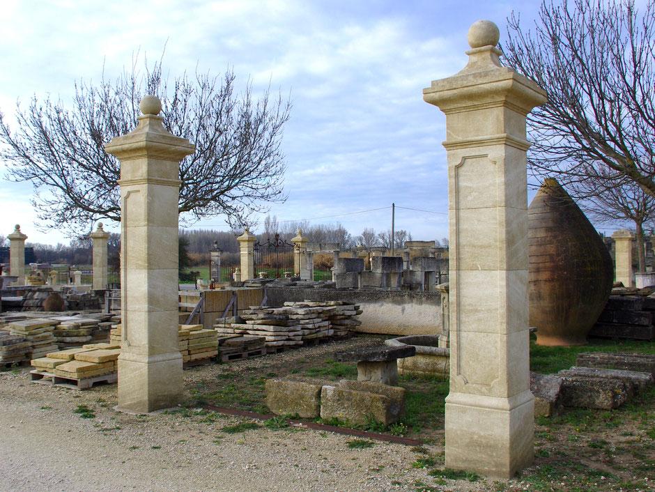 Torpfosten mit Kugelkapitell und Spiegelflächen, handgefertigt in Provence aus französischen Kalkstein