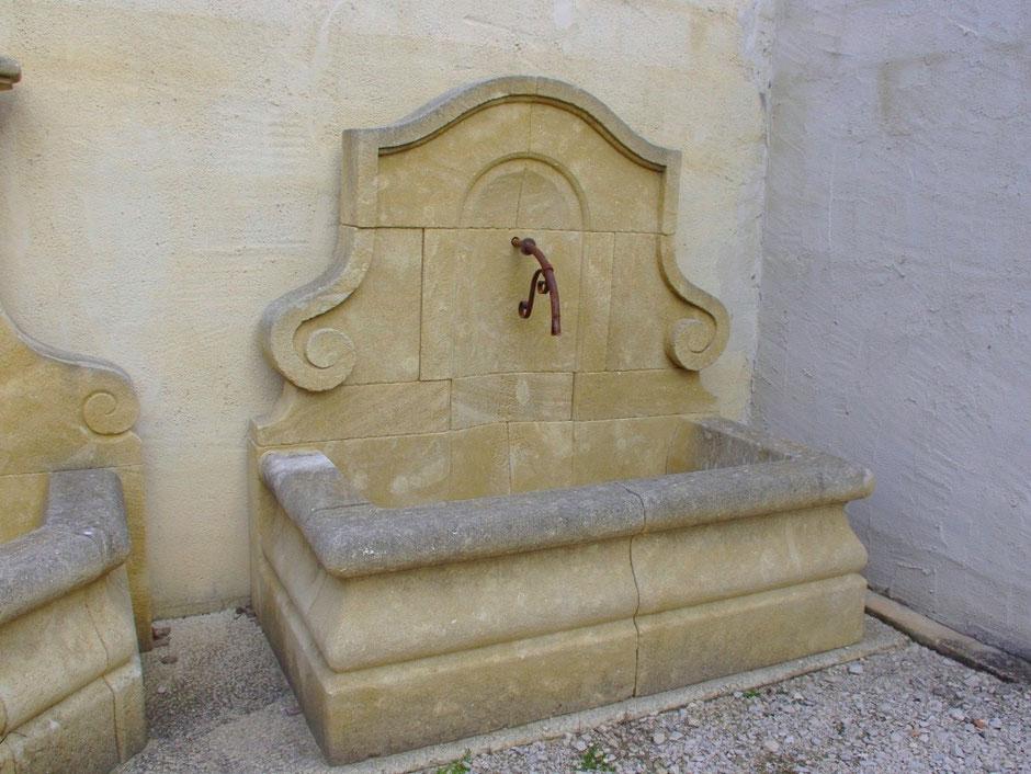 Historisches Wandbrunnen NICE, handgefertigt aus französisches Naturstein