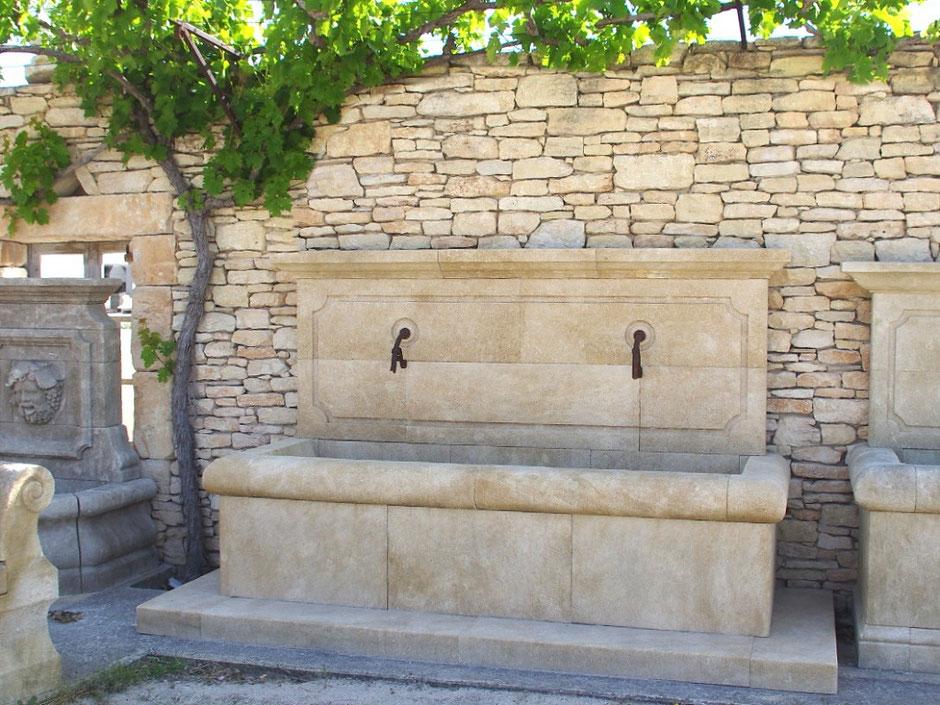 Wandbrunnen ARLES aus Naturstein, gealtert, handgefertigt aus Provence