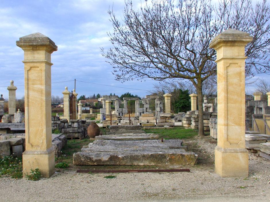 Torpfosten mit Pyraminkapitell und Spiegelflächen, handgefertigt in Provence aus französischen Naturstein