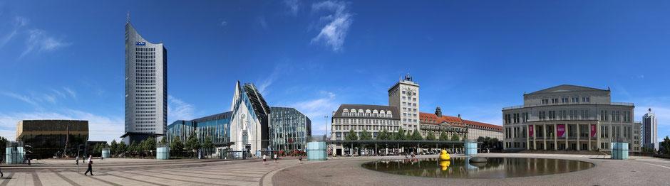 Ein Platz mit Geschichte. Fantastischer Blick auf den Leipziger Augustusplatz mit Universitätsgebäude, Uniriese, Oper, Gewandhaus, Brunnen und Bankgebäude.