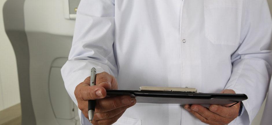 コロナで入院中の人の傍らで遺言の聞き取りをする医師