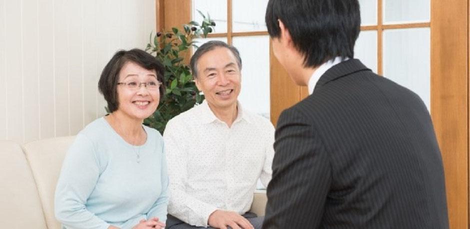 相続の専門家である司法書士が自宅まで訪問相談をしているイメージ
