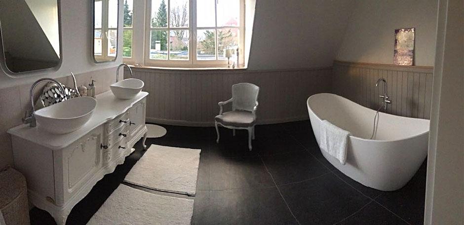 Landhaus-Badezimmer voller Romantik und Nostalgie