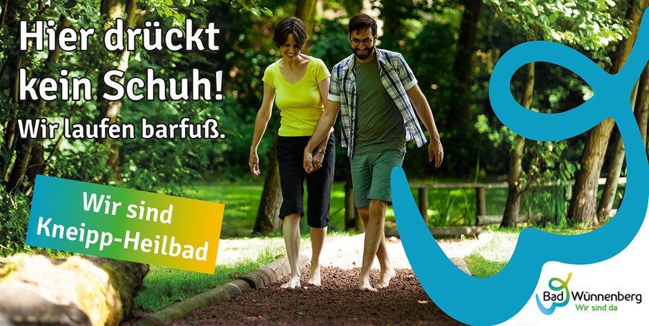 Frau und Mann Erlebnis-Barfußpfad Kurpark Bad Wünnenberg Kneipp-Heilbad