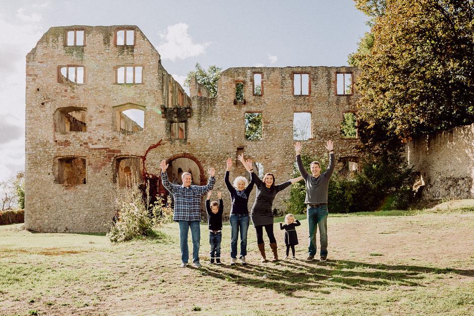 Familie streckt jubelnd die Arme in die Luft bei Familienshoot in Mainz